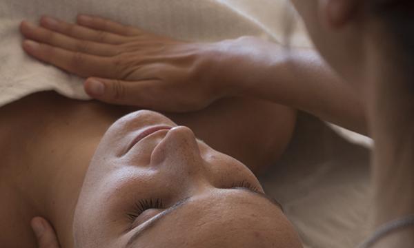 Visage d'une jeune maman se faisant masser